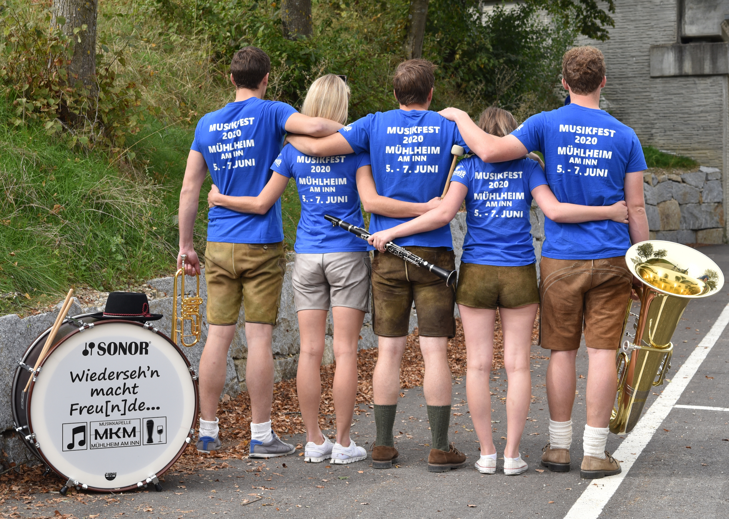 Freunde von hinten mit Shirt Musikfest 2020 Mühlheim am Inn